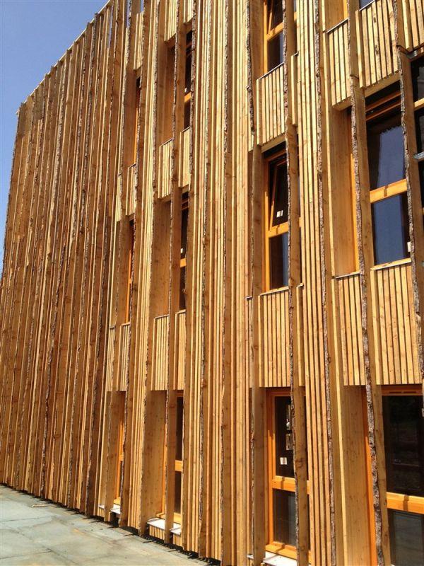 Fa ades ossature bois isolation fibre de bois et bardage vertical en m l ze brut charpentier - Facade maison en bois ...